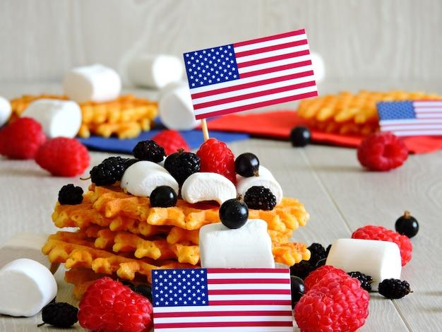 De sfeer van 4 juli. snoepjes voor een feest op 4 juli. marshmallow en bessen. decoratie in de stijl van independence day.
