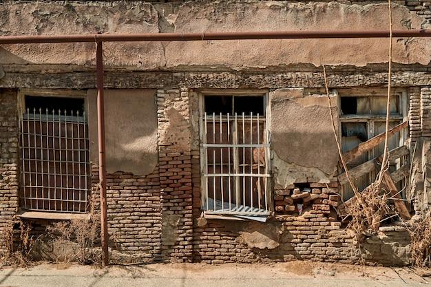 De sfeer van de oude stad tbilisi. oude vervallen bakstenen huizen.