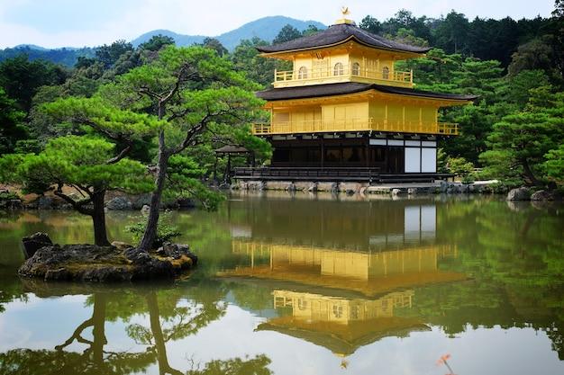 De shariden bij rokuon-ji, algemeen bekend als het gouden paviljoen (kinkaku-ji). een boeddhistische zen-tempel in kyoto, japan.