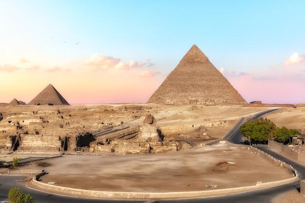 De shpinx en de piramides, uitzicht vanaf giza hotel, egypte.