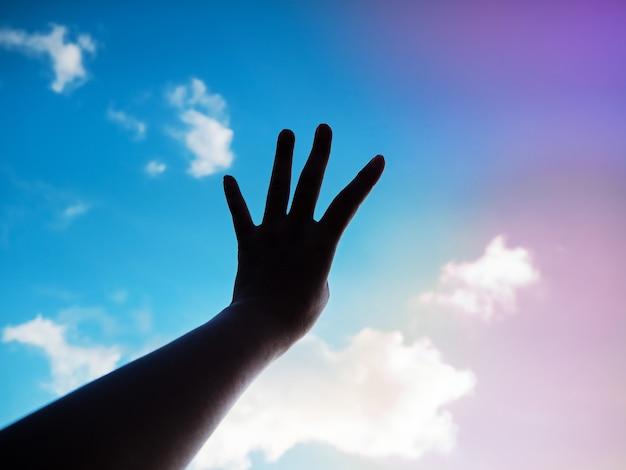 De silhouethand die vinger vier in de lucht toont