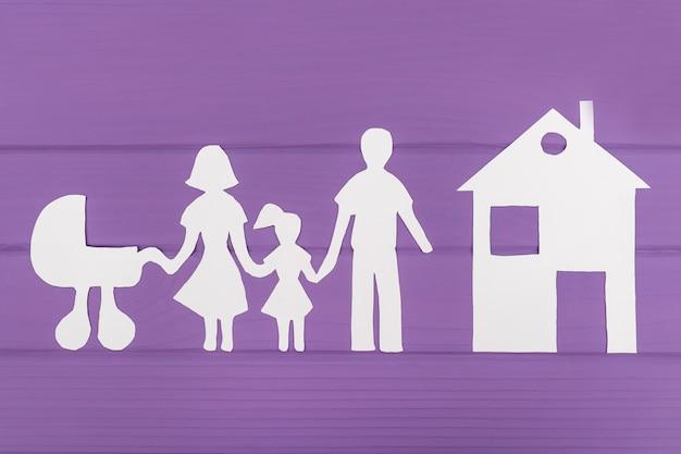 De silhouetten zijn uit papier gesneden van man en vrouw met meisje en kinderwagen