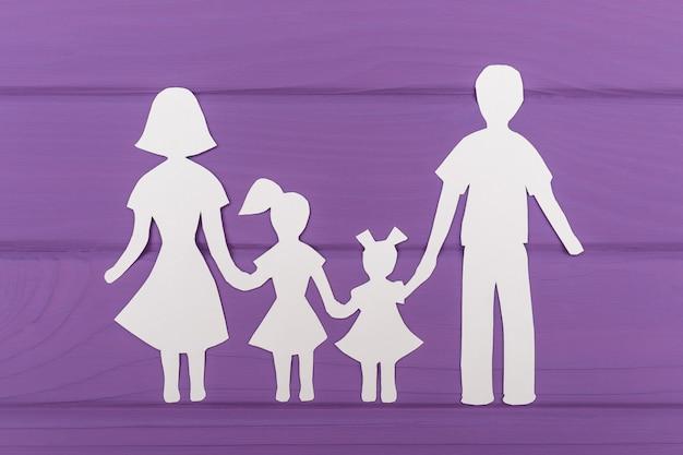 De silhouetten zijn uit papier gesneden van man en vrouw met twee meisjes