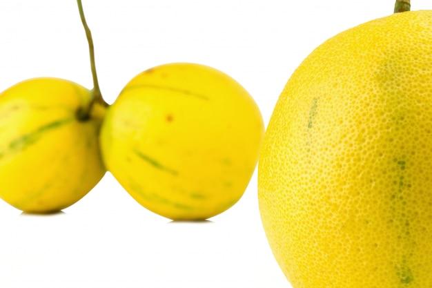 De sinaasappelen van de bergamot kleuren geel geïsoleerd op witte achtergrond