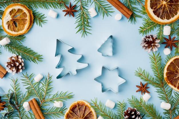 De sinaasappelen van de sinaasappelskruiden van voedselsinaasappelen kerstboom op blauw
