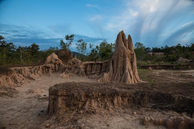 De site van sao din vertoont een intrigerende geërodeerde bodempijler in nan, thailand