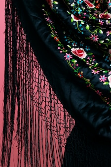 De sjaal van close-upmanilla met roze achtergrond