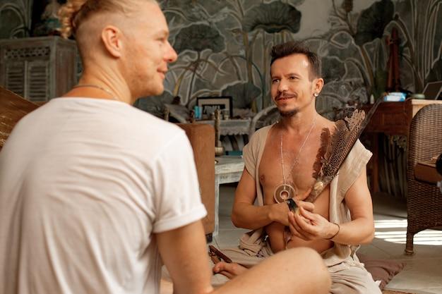De sjamaan is aan het oefenen