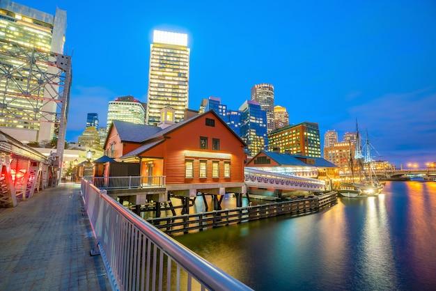 De skyline van boston harbor bij schemering, massachusetts in de verenigde staten