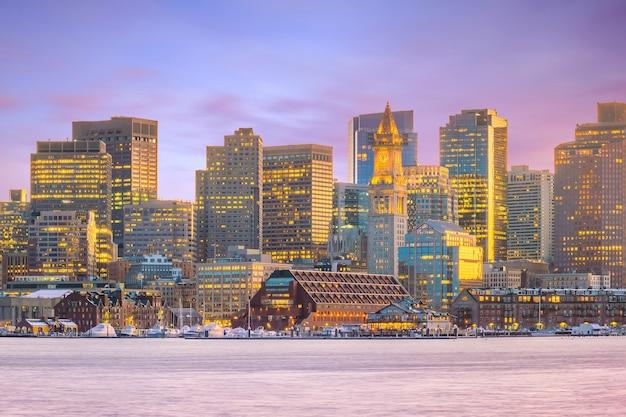 De skyline van boston in massachusetts, vs bij zonsondergang