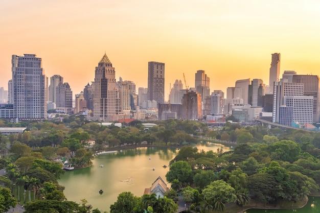 De skyline van de binnenstad van bangkok met lumpini-park van bovenaanzicht in thailand bij zonsondergang