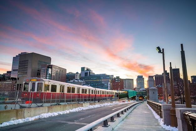 De skyline van de binnenstad van boston bij zonsondergang in massachusetts, vs