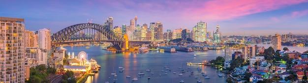 De skyline van de binnenstad van sydney in australië van bovenaanzicht bij schemering