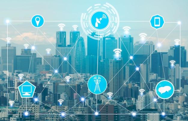 De skyline van de slimme stad met pictogrammen voor draadloze communicatienetwerken. concept van iot internet van dingen.