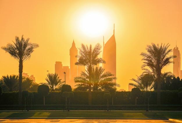 De skyline van de stad in het zonlicht. dubai.