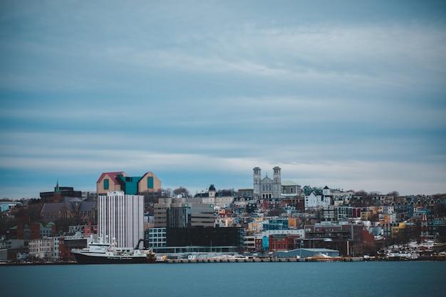 De skyline van de stad over waterlichaam overdag
