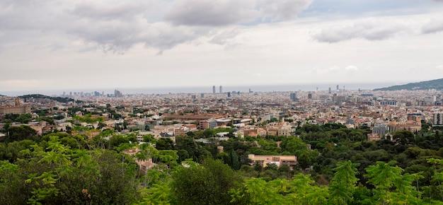 De skyline van de stad van barcelona op een bewolkte dag