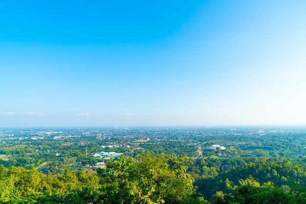 De skyline van de stad van chiang mai met blauwe hemel in thailand