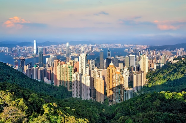 De skyline van de stad van hong kong met uitzicht op victoria harbour vanaf bovenaanzicht