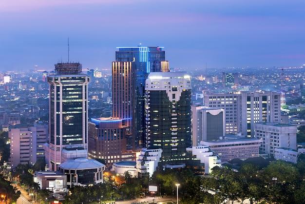 De skyline van de stad van jakarta met stedelijke wolkenkrabbers in de nacht