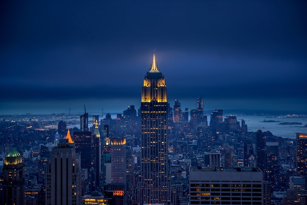 De skyline van de stad van new york at night, new york, verenigde staten van amerika