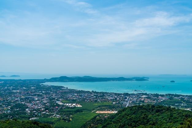 De skyline van de stad van phuket met strand