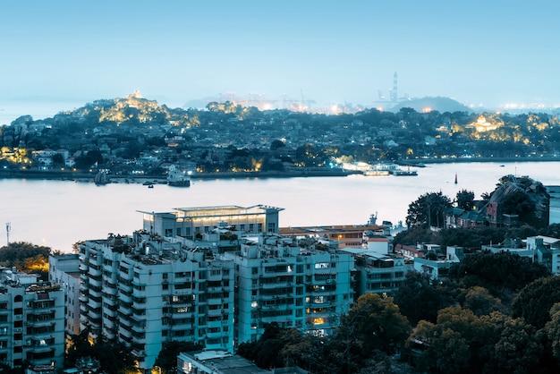 De skyline van de stad xiamen, china van gulangyu island.
