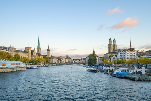 De skyline van de stad zürich met uitzicht op de rivier de limmat in zwitserland.