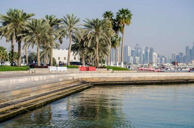 De skyline van de west bay city op 25 mei 2017 in doha