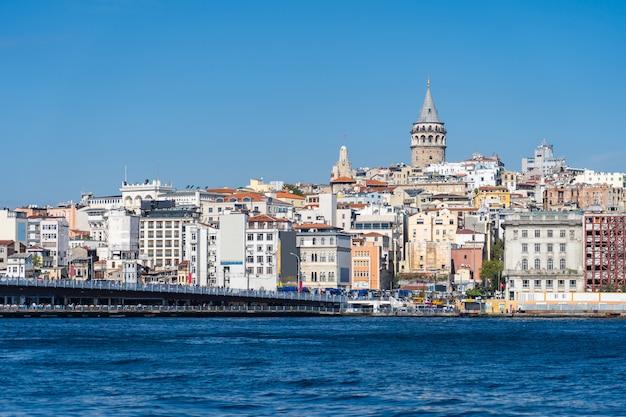 De skyline van istanbul met uitzicht op de galata-toren in turkije