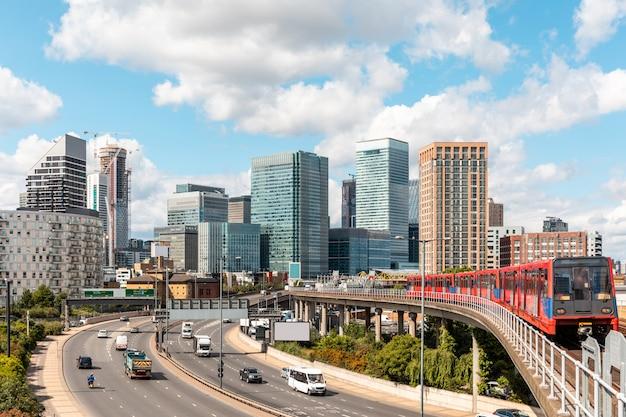De skyline van londen met snelweg en metro trein op een zonnige dag