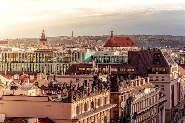De skyline van praag bij zonsondergang. tsjechië.