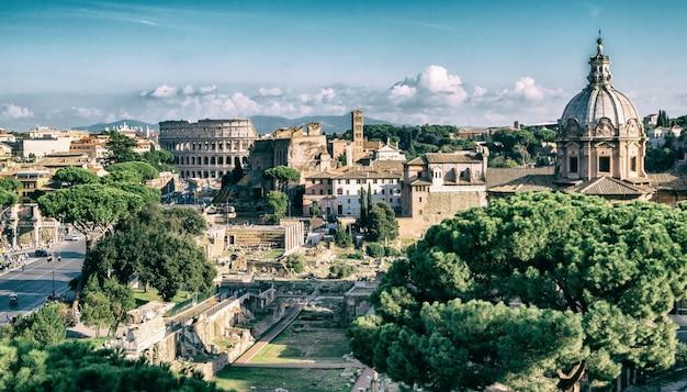 De skyline van rome met colosseum en het forum romanum, italië