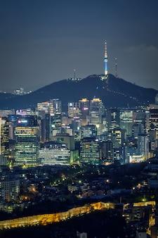 De skyline van seoul in de nacht, zuid-korea.