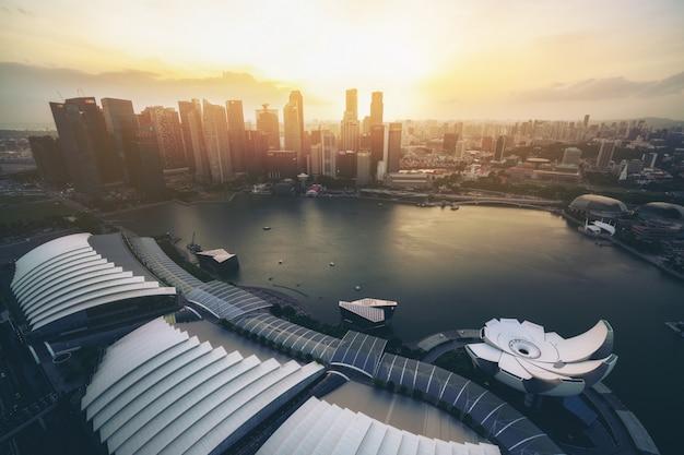 De skyline van singapore in marina bay van luchtfoto