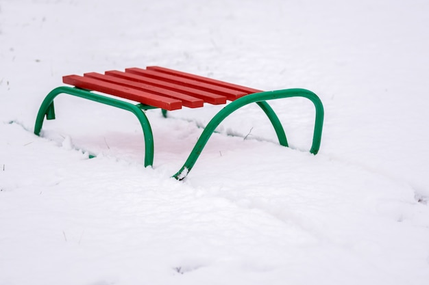 De slee van het kind, sta op de witte sneeuw