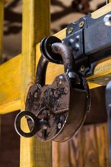 De sleutel in de schuurafgevaardigde gestoken.