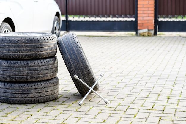 De sleutel rust op de voet van de autowielen