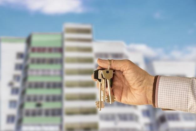 De sleutels van het appartement in de hand