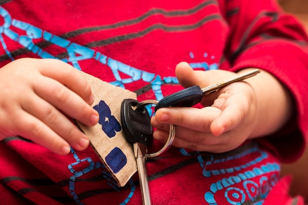 De sleutels van het huis in de handen van kinderen.
