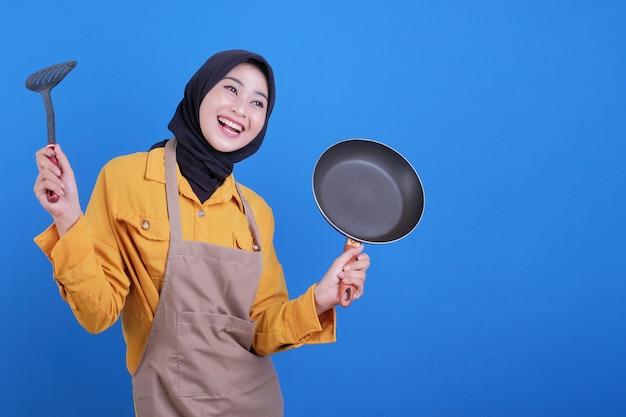 De slijtageschort van de portret mooie jonge aziatische vrouw met zwarte pan