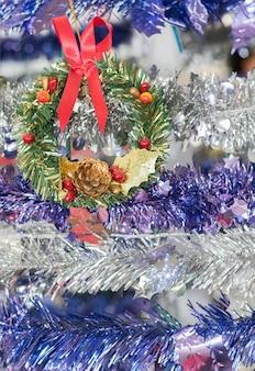 De slinger van kerstmisbessen voor de vakantieachtergrond