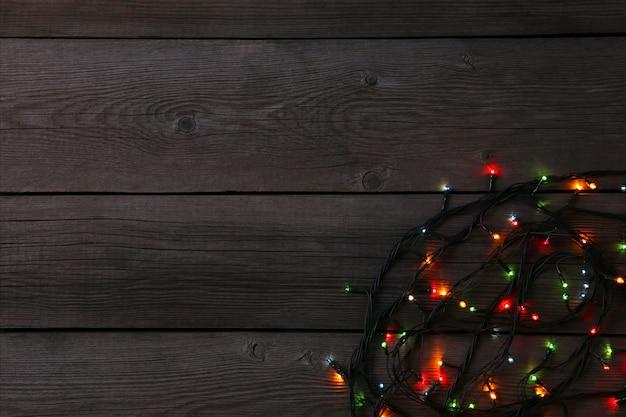 De slingerlichten van kerstmis op grijze achtergrond, exemplaarruimte