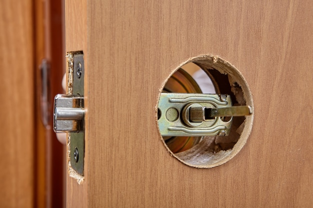 De sluiter van het deurklinkmechanisme is zichtbaar in het gat van de grendel
