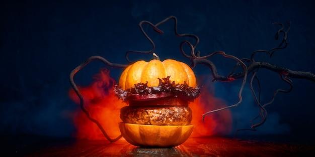 De smakelijke hamburger van halloween op donkere achtergrond