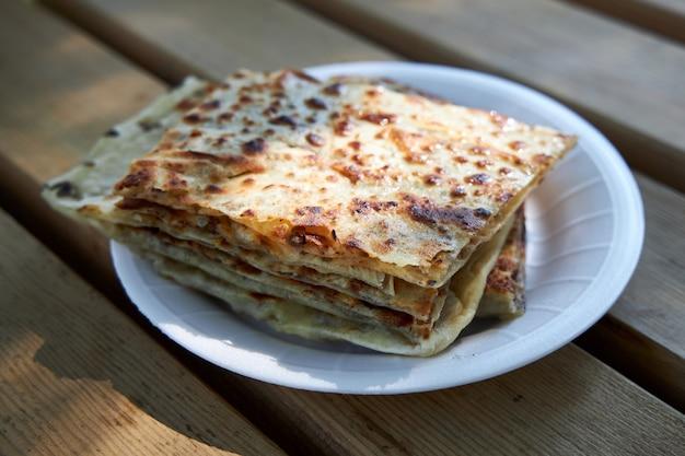 De smakelijke knapperige turkse tortilla's met het vullen liggen op een plaat
