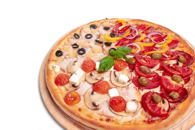 De smakelijke pizza is geïsoleerd op wit