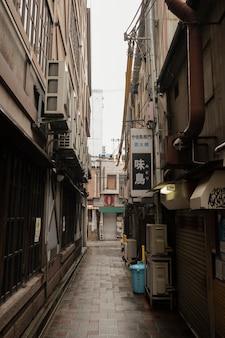 De smalle straat van japan na regen