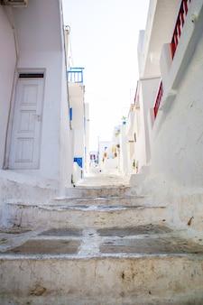 De smalle straatjes van griekse eilanden