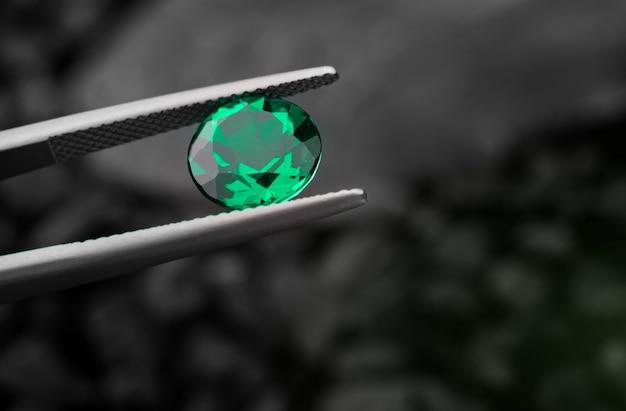 De smaragd edelsteen sieraden gesneden.